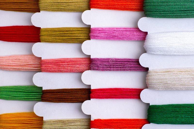 在短管轴的色的刺绣螺纹连续准备好发怒针 免版税图库摄影