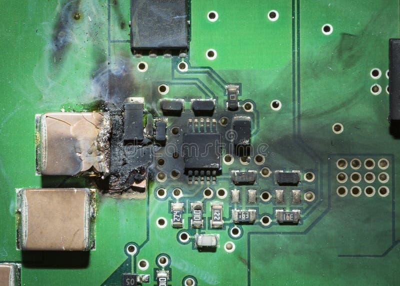 在短路以后的被烧的电子SMD电路板PCB 免版税库存图片
