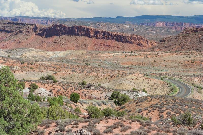在石化沙丘和火热的熔炉之间的风景高速公路在拱门国家公园犹他美国 免版税库存图片