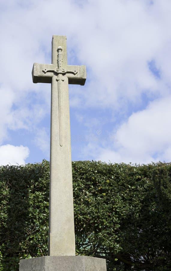 在石十字架的剑 库存照片