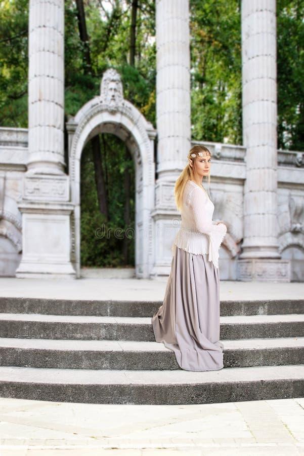 在石台阶的女性矮子 免版税库存图片