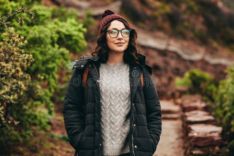 在石台阶的美好的旅游身分在山 免版税图库摄影