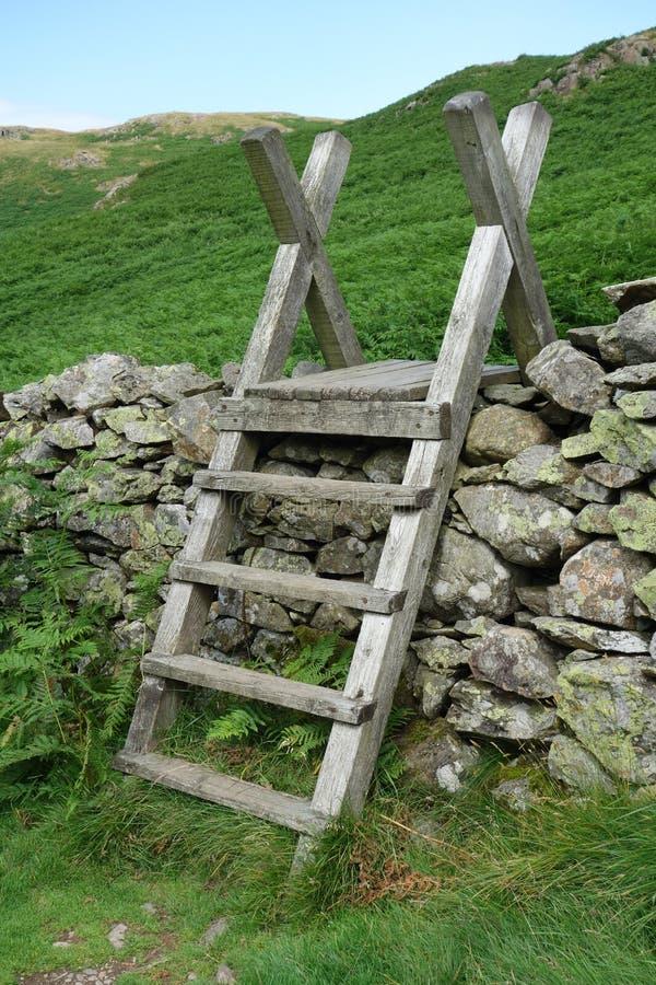 在石块墙的梯子窗框 库存图片