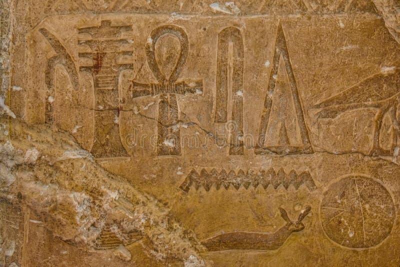 在石墙上的埃及古老象形文字 免版税库存照片