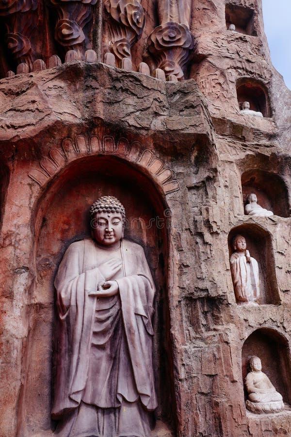 在石墙上的石菩萨在无锡鼋头渚- Taihu风景庭院,中国 免版税图库摄影