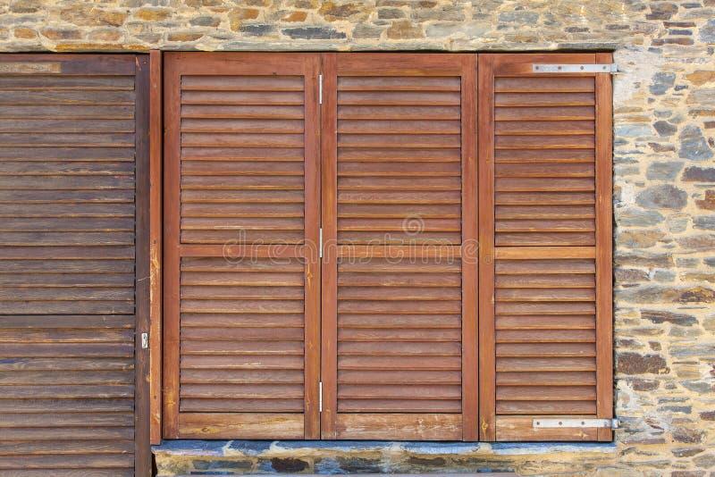 在石墙上的老木窗架在西班牙 免版税库存图片