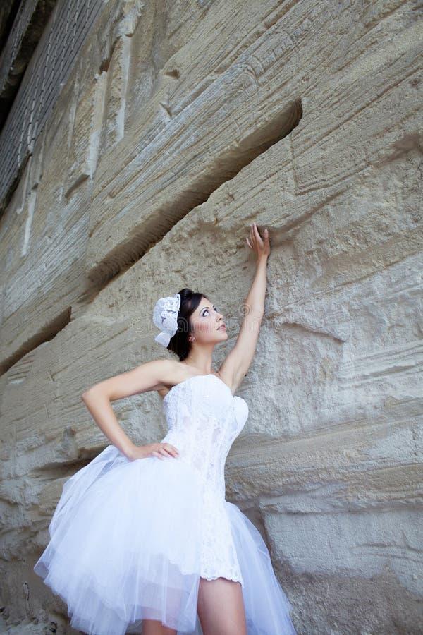 Download 在石墙附近的新娘 库存图片. 图片 包括有 约会, 布赖恩, 视图, 户外, 人员, 白种人, 表面, 快乐 - 62530581