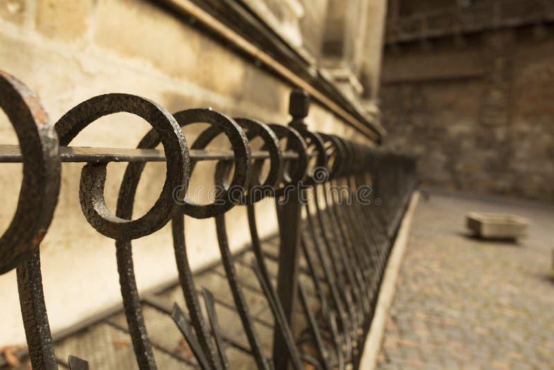 在石墙l附近金属化篱芭在利沃夫州 免版税库存照片