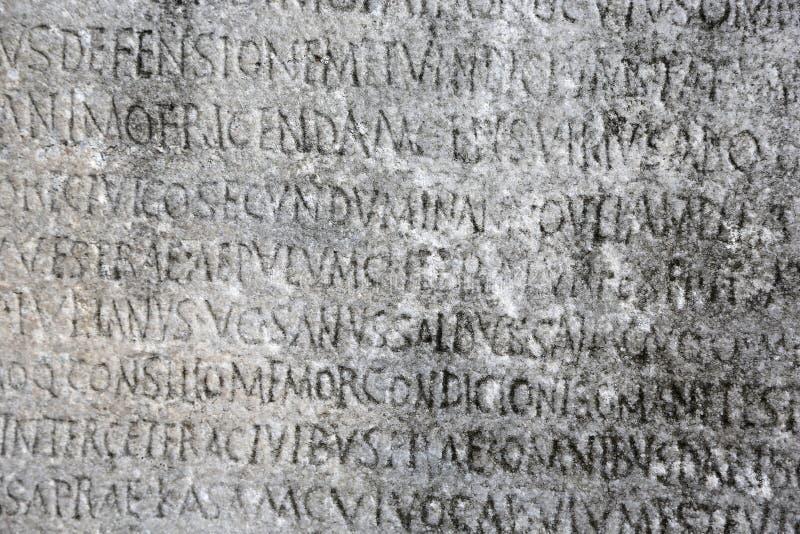 在石头凿的古希腊文字 免版税库存照片