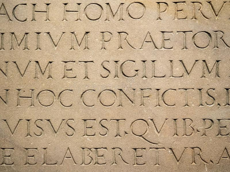 在石头刻记的老拉丁文本 库存照片