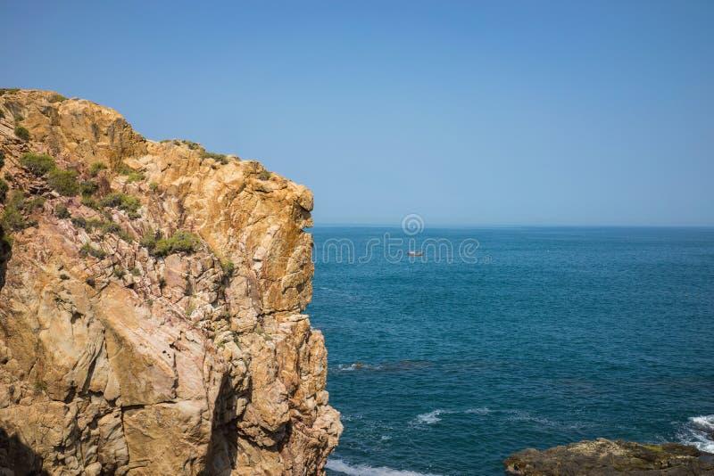 在石头峭壁的海景在中央越南镀Da Dia或Ghenh Da Dia 免版税库存照片