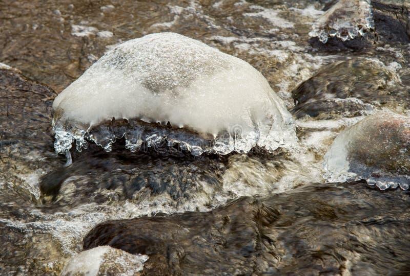 在石头的冰 免版税库存图片