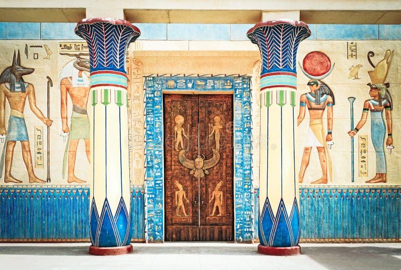 在石头的古老埃及文字在埃及 免版税库存照片