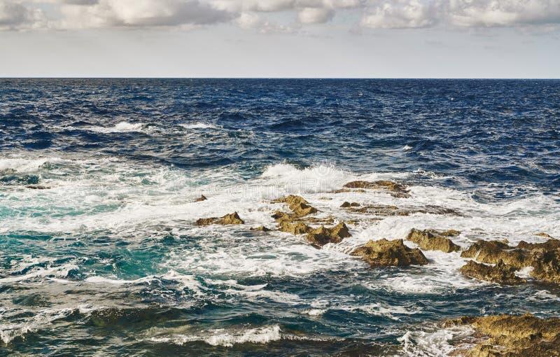 在石头的碎波在海 免版税库存图片