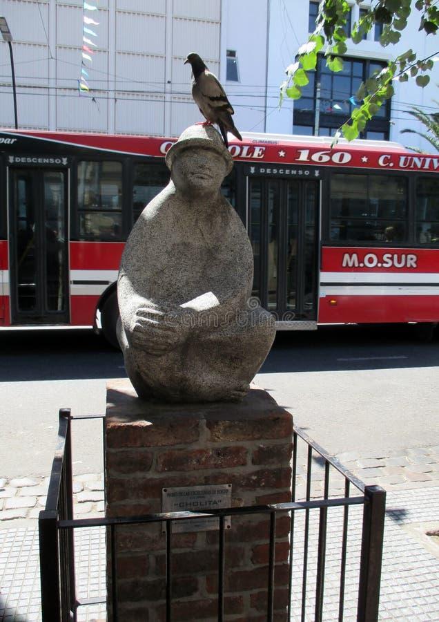在石头的美好的雕塑与在他的头的鸠在Paseo de las Esculturas在Boedo Buenos布宜诺斯艾利斯邻里  库存照片