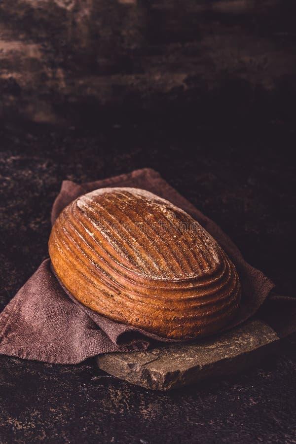 在石头的黑麦面包 库存图片