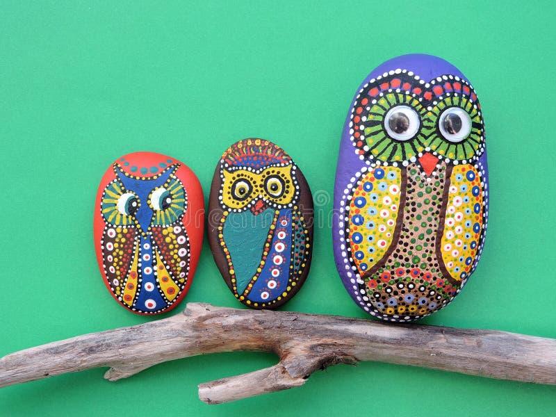 在石头绘的美丽的猫头鹰鸟 库存图片