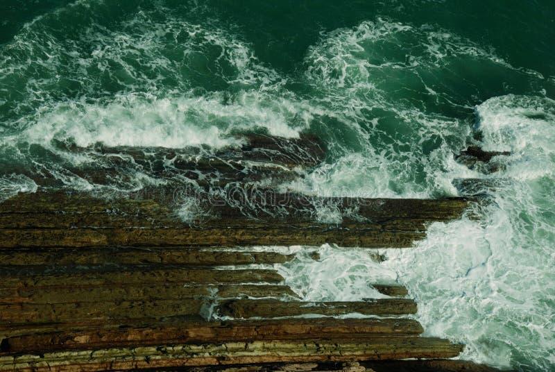 在石岸的波浪 免版税库存图片