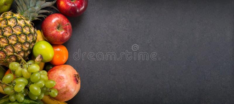 在石工作台面的果子 免版税库存图片
