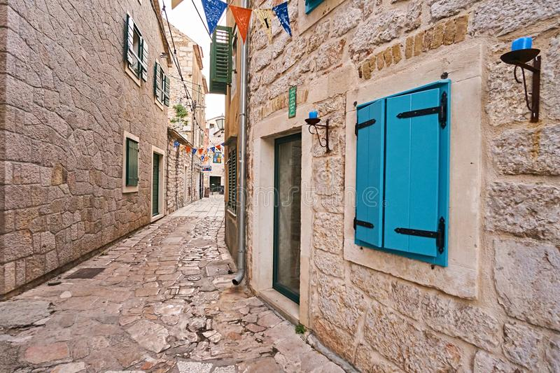 在石房子的蓝色窗口在城市Vodice 免版税库存图片