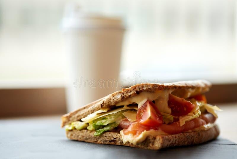 在石板材的三文鱼panini三明治在咖啡馆 免版税库存照片