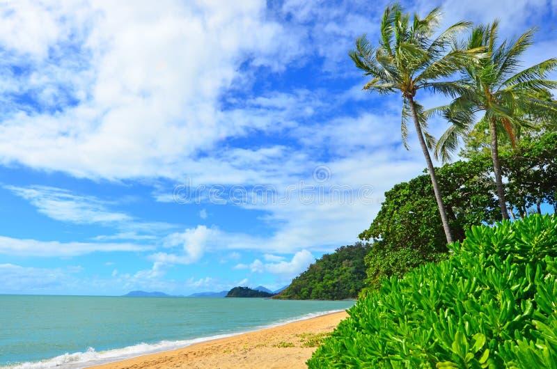 在石标昆士兰澳大利亚附近的三位一体海滩 免版税库存图片