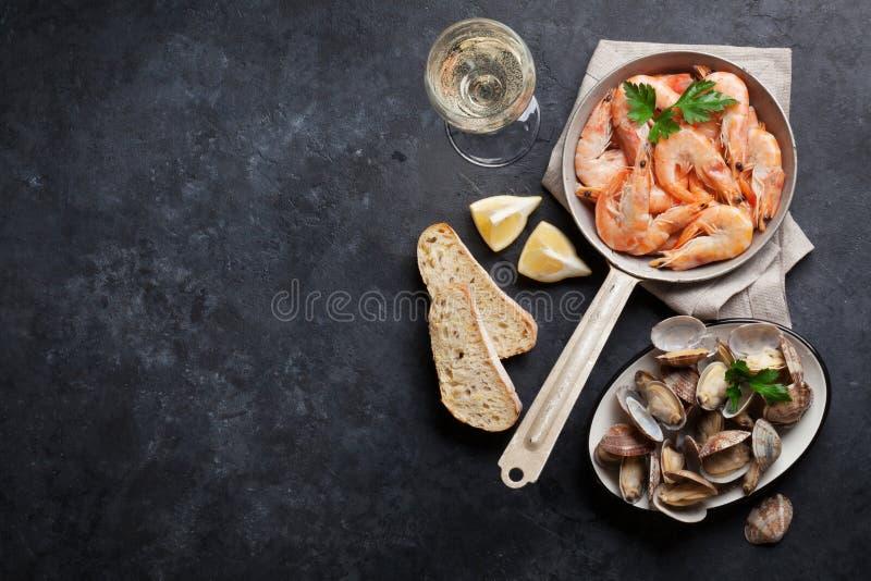 在石桌上的新鲜的海鲜 扇贝和虾 免版税图库摄影