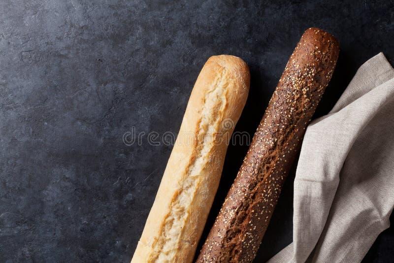 在石桌上的混杂的面包 免版税库存图片