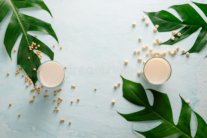 在石桌上的豆奶或大豆牛奶和大豆豆 库存照片