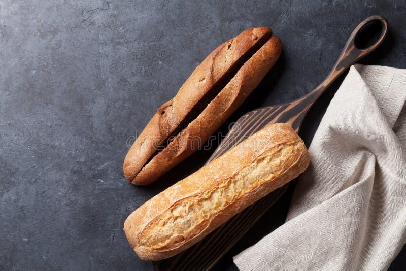 在石桌的意大利ciabatta面包 库存图片