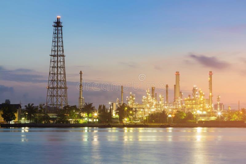 在石油炼厂工厂河前面的夜光 库存图片