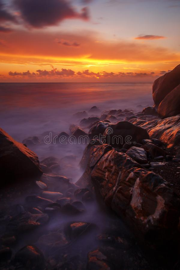 在石海岸的日落 库存照片