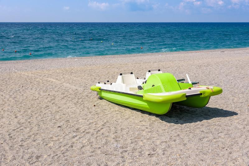在石渣海滩的Pedalo 库存图片