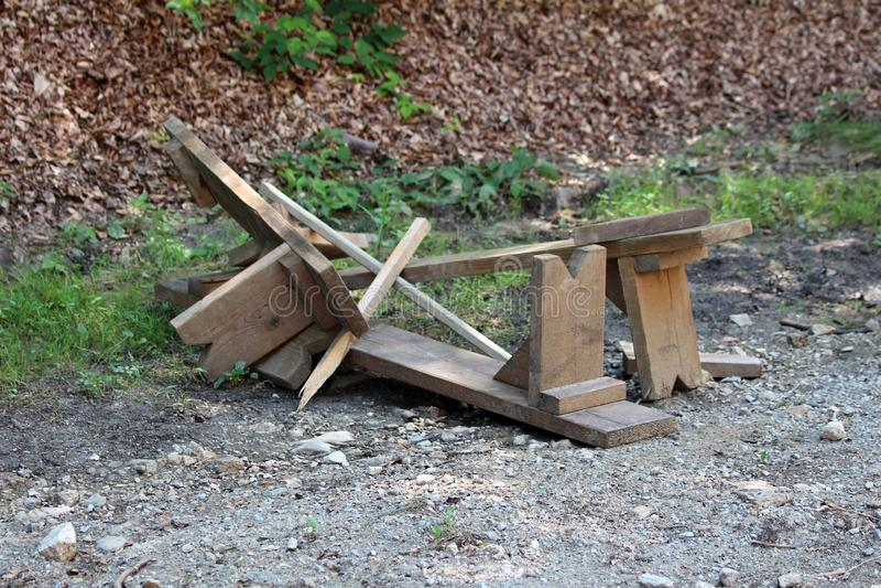 在石渣路的打破的自创长木凳在地方森林在大风暴和洪水以后 免版税图库摄影