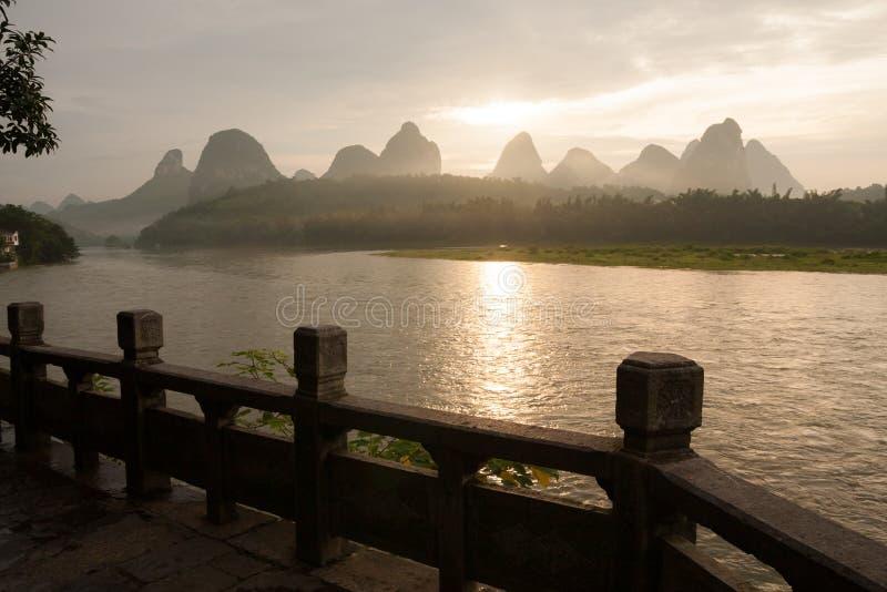 在石灰岩地区常见的地形山和河李的日出在阳朔中国 免版税图库摄影