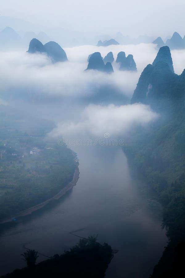 在石灰岩地区常见的地形山,阳朔中国的低盖的云彩 图库摄影