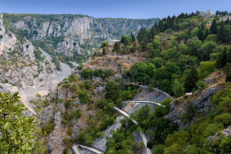 在石灰岩地区常见的地形风景的蛇纹石 免版税库存照片