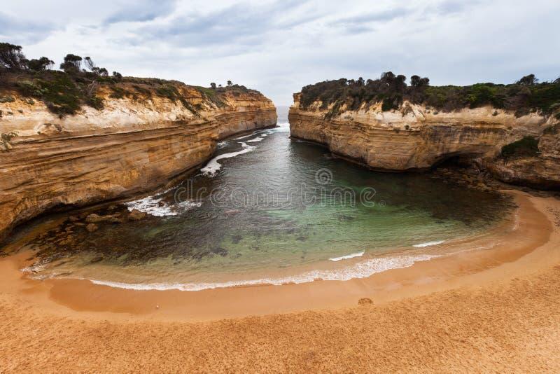 在石灰石峡谷掩藏的偏僻的海滩,海湾Ard峡谷,澳大利亚 库存照片