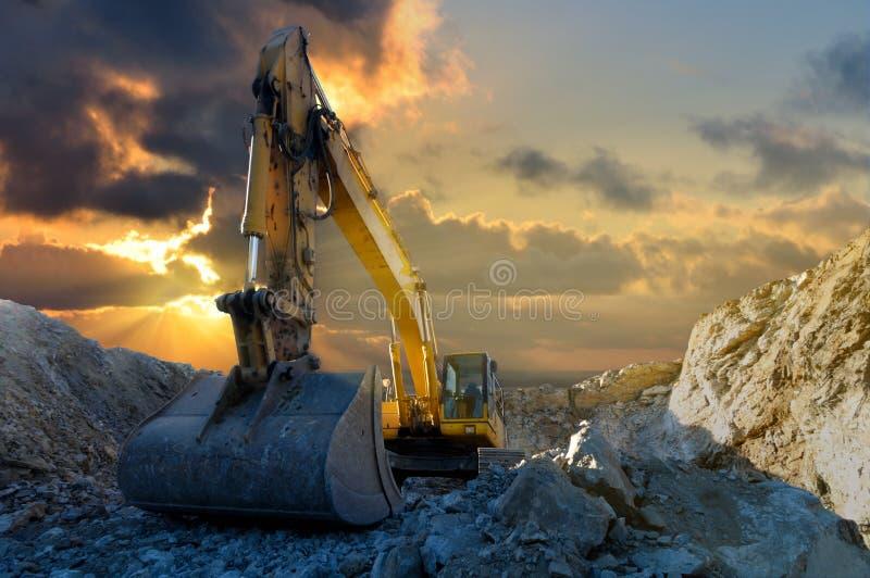 在石猎物的挖掘机 免版税图库摄影