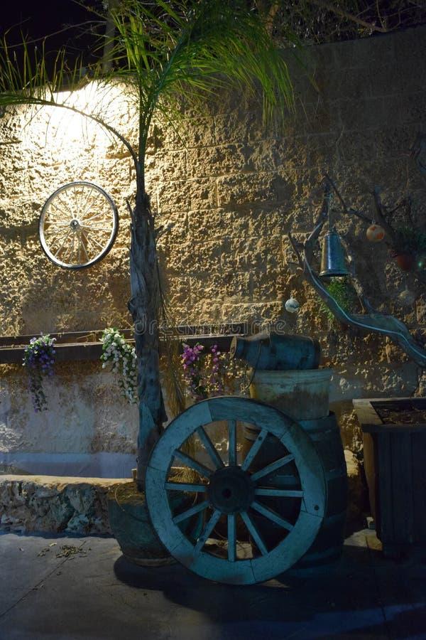 在石砖黄色墙壁上的自行车车轮在晚上以色列,迪莫纳, `平均观测距离`, 2018年 免版税图库摄影