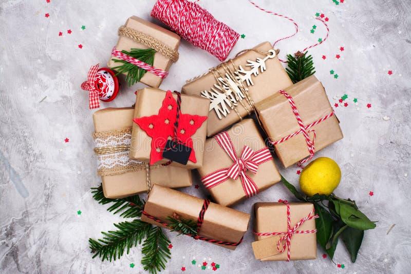 在石背景的许多圣诞节礼物 顶视图 免版税图库摄影