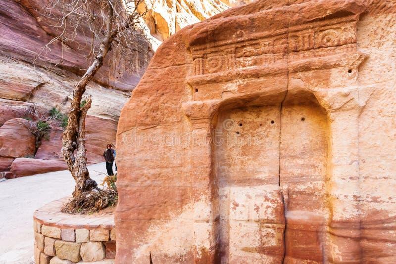 在石适当位置附近的游人在Al Siq通过对Petra 免版税图库摄影