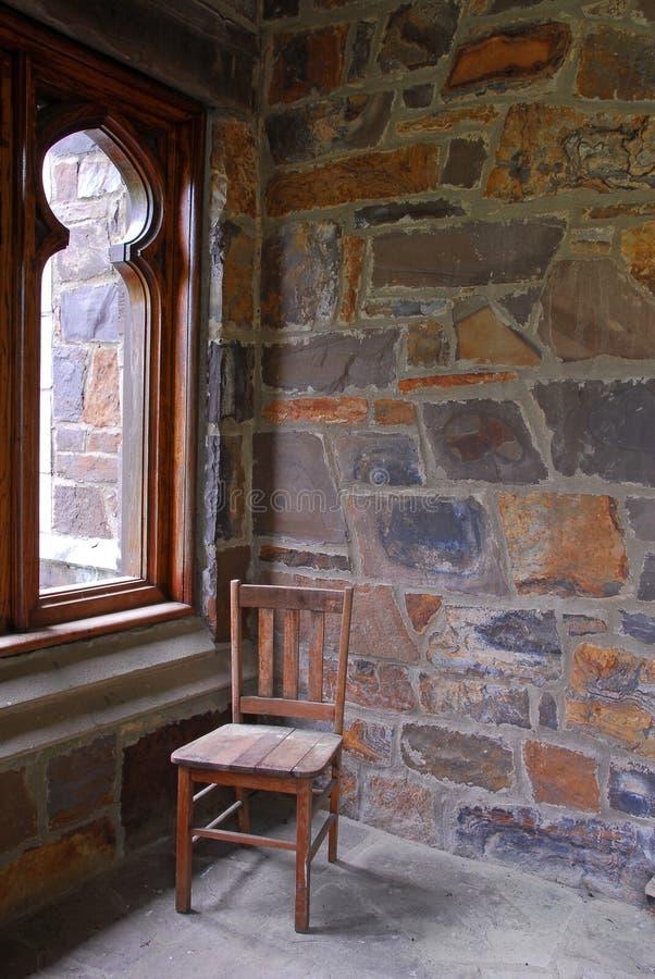 在石门廊的木椅子 免版税库存照片
