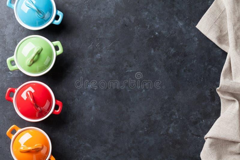 Download 在石头的五颜六色的平底深锅 库存图片. 图片 包括有 降低, 土气, 厨具, 设备, 对象, 复制, 不锈 - 72361537