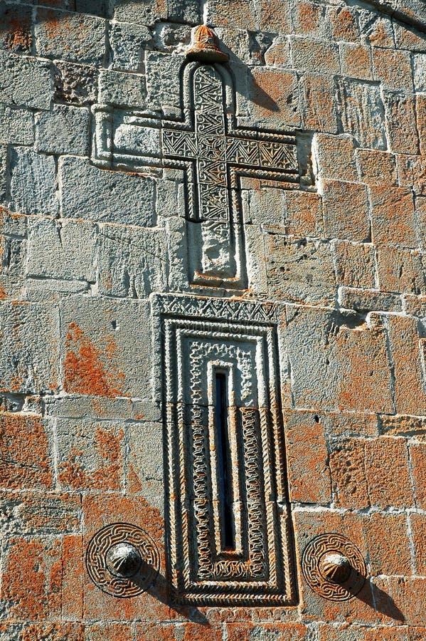在石头的被雕刻的十字架 在被放弃的Georgi的墙壁上的细节 库存照片