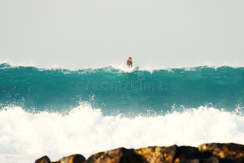 在石头背景的大波浪  免版税库存照片