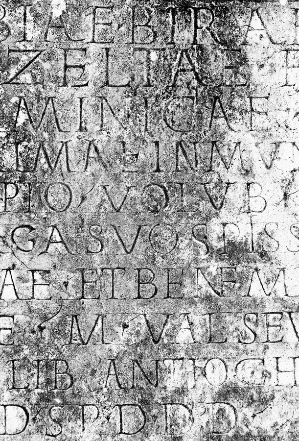 在石头刻记的古老罗马文本 免版税库存图片