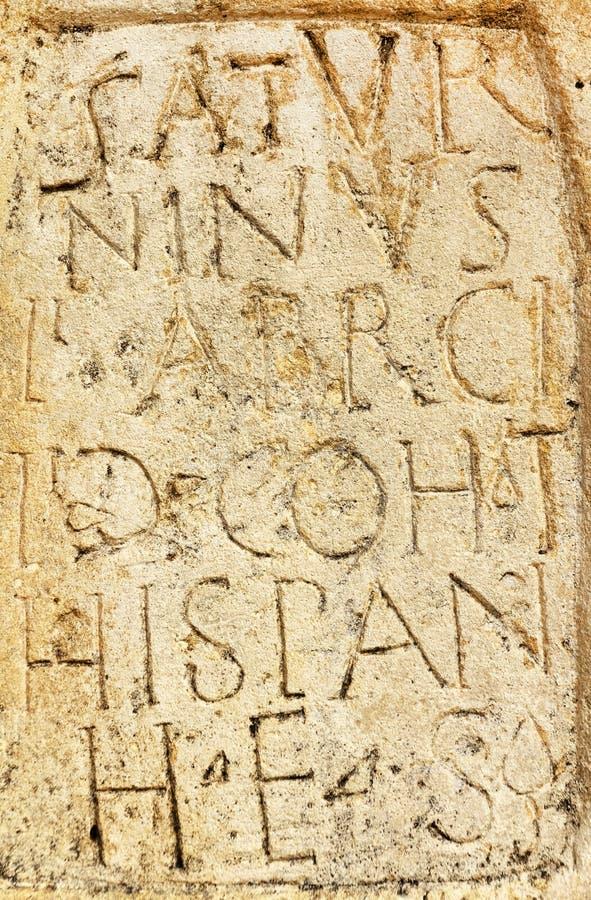 在石头刻记的古老罗马文本 库存照片