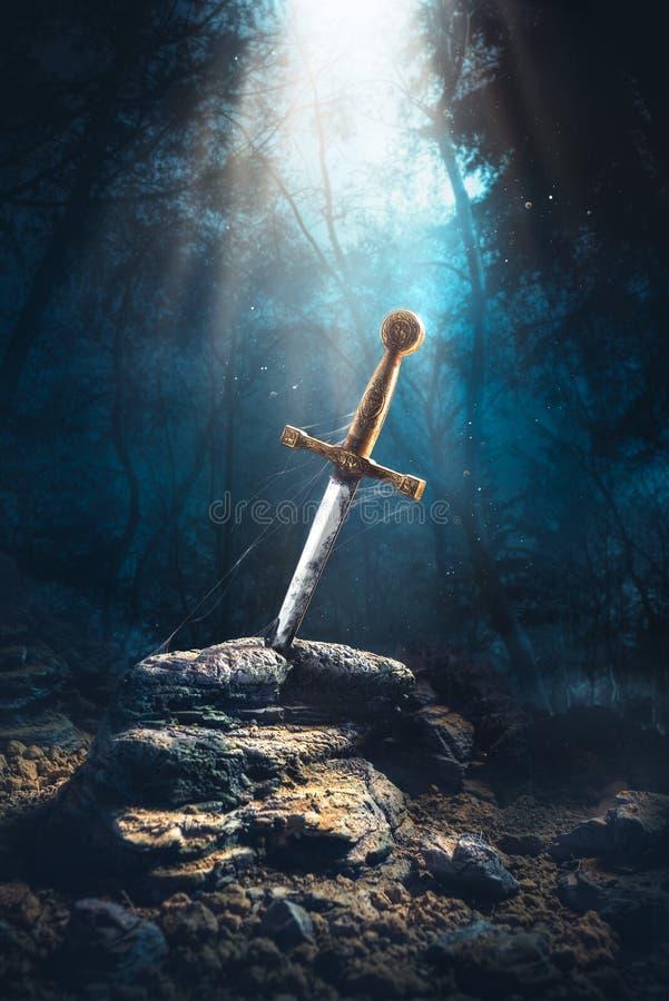 在石excalibur的剑 免版税库存图片