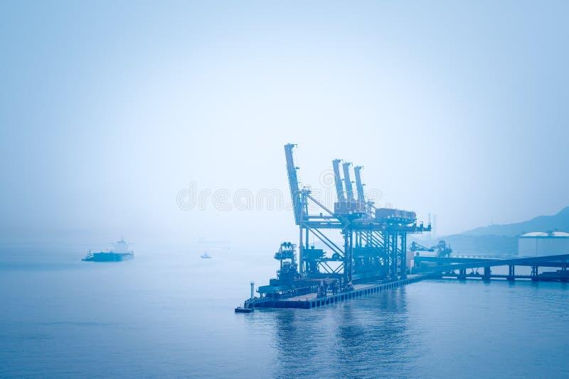 在矿石终端的船卸载机 免版税图库摄影